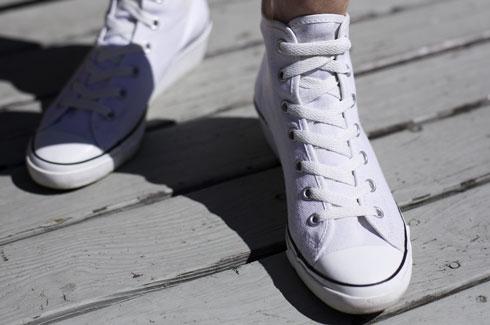 cách buộc dây giày converse kiểu dấu giây