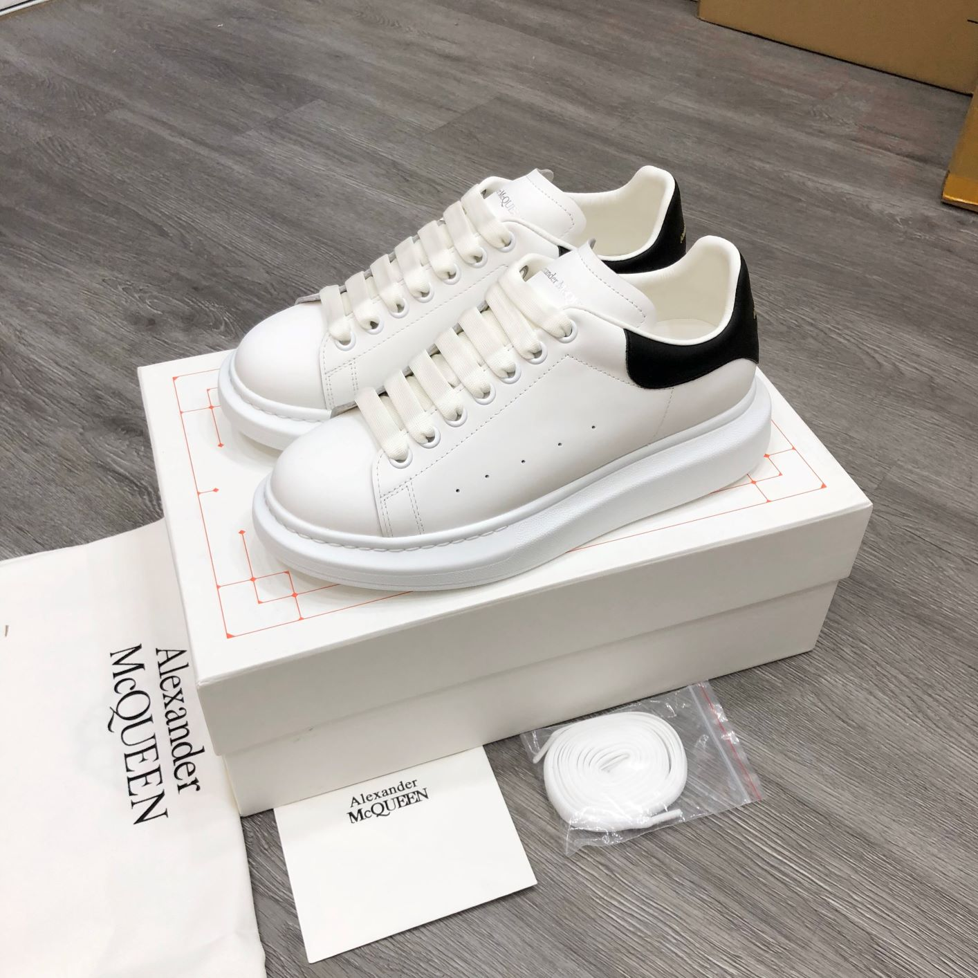 Giày Alexander MCqueen trắng gót đen